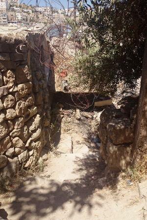 Vägen till daghemmet Shuhada Street Kindergarten är både brant, smal och stenig, och dessutom kantad med taggtråd.