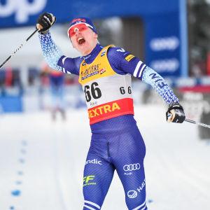 Iivo Niskanen jublar över segern i Ruka 2019.