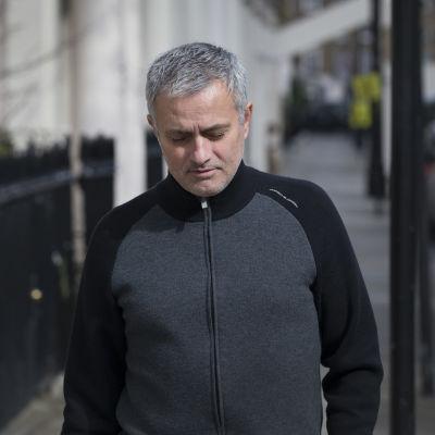 José Mourinho går arbetslös efter sparken från Chelsea.