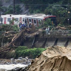 Ett tåg har spårat ur i Karatsu i sydvästra Japan på grund av häftiga regn.
