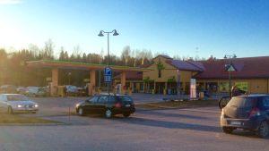 Bilar på en servicestations parkeringsplats i Karis.