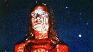 Veren peittämä Carrie tuijottaa eteensä. Kuva vuoden 1976 elokuvasta Carrie.