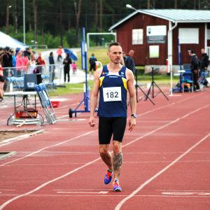 Joinathan Åstrand promenerar över mållinjen.