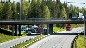 Kaatuneen rekan nostotyöt Tampereen Alasjärven liittymässä.