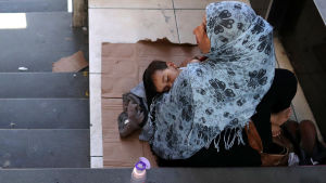 En syrisk flyktingkvinna tigger på gatan i Istanbul  29.7.2019.