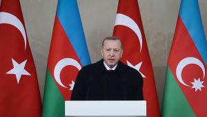 Turkiets president Recep Tayyip Erdogan håller tal i Baku