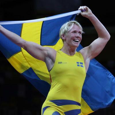 Jenny Fransson jublar med den svenska flaggan på ryggen