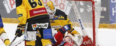 Patrik Rybar slår till Jere Sallinen.