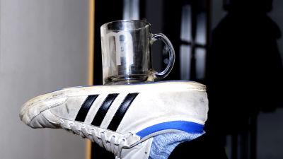 En mugg balanseras på en fot.