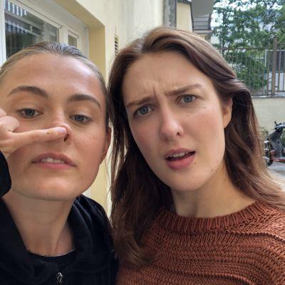 Ellen (Vivi Lindberg) och Linnéa (Siri Fagerudd) tar en selfie.