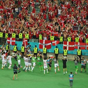 Danska spelare tackar supportar.