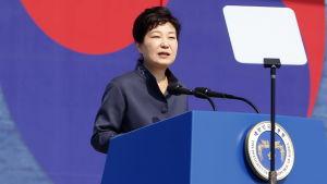 President Park Geun-hye får stora besvår med att driva igenom sin ekonomiska politik. Hon kan inte ställa upp i presidentvalet nästa år