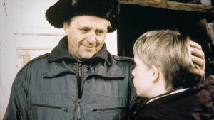 Risto Tuorila (Jouko-eno) ja Konsta Hietanen (Tomi) Poika ja ilves -elokuvassa.