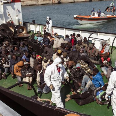 Migranter i  hamnen i Corigliano i Italien 15.4.2015.