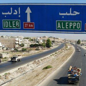Trafikskyltar med Idlib och Aleppo i Syrien.
