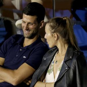 Novak Djokovic följer en tennismatch i Belgrad i juni tillsammans med frun Jelena.