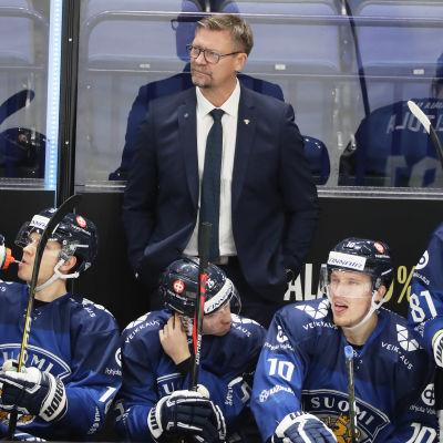 Jukka Jalonen står i avbytarbåset bakom sina spelare.
