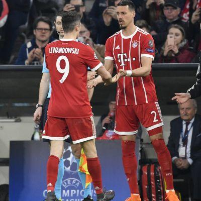 Sandro Wagner ersätter Robert Lewandowski i en fotbollsmatch.