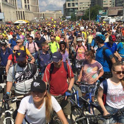 Tuhannet polkupyöräilijät odottivat pyörämarssin alkua aurinkoisessa säässä.