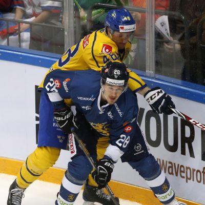 Niko Peltolan tyylinäyte A-maajoukkuedebyyttssään Ruotsia vastaan