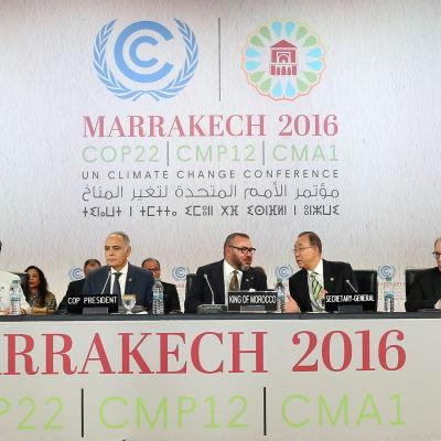 Politiska höjdare, bland annat Marockos kung och Ban Ki-moon vid ett podium vid klimatmötet i Marrakech.