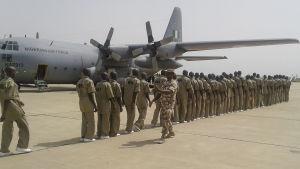 Fängslade medlemmar av Boko Haram på flygplatsen i Maiduguri på väg till ett fångläger