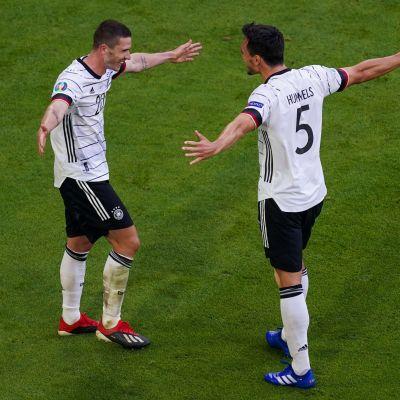 Robin Gosens ja Mats Hummels juhlivat maalia EM-kisoissa 2021.