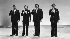 Kivikasvot-ryhmän jäsenet esiintyvät lavalla (mustavalkoinen kuva)