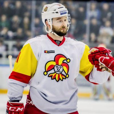 Niklas Jensen firar ett mål.