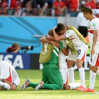 Costaricanska spelare i extas efter att ha spelat till sig en åttondelsfinalplats i fotbolls-VM.