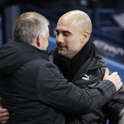 Ole Gunnar Solskjär kramar om Pep Guardiola.
