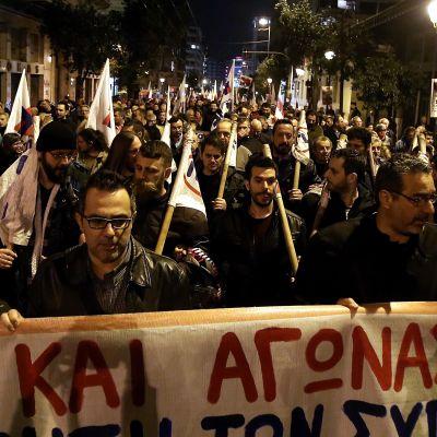 Mielenosoittajat vastustivat uusia säästötoimia Ateenassa kommunistisen puolueen järjestämässä kulkueessa 21. helmikuuta.
