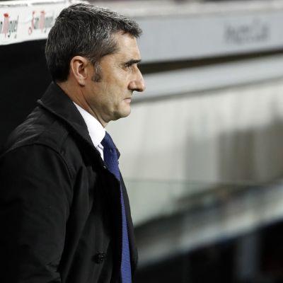 Ernesto Valverde kentän laidalla.