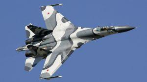 Sukhoi Su-27 i luften, planet är ett attack- och bombflygplan byggt i Ryssland.
