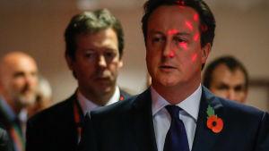David Cameron på väg till en presskonferens under toppmötet i Bryssel 24.10.2014.