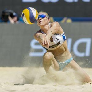 Riikka Lehtonen spelar beachvolleyboll.