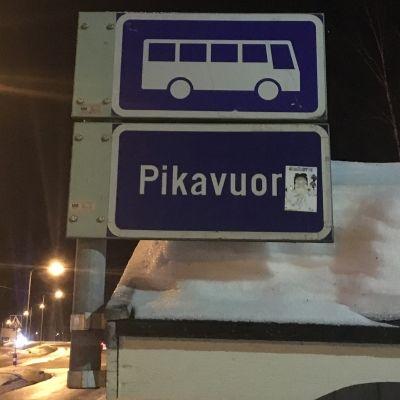 Pikavuorokyltit poistetaan linja-autopysäkeiltä muiden liikennemerkkitöiden ohessa kevään ja kesän aikana.