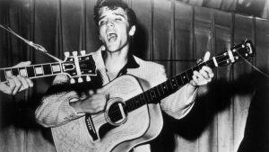 Elvis Presley esiintyy kitara kädessä vuonna 1954.