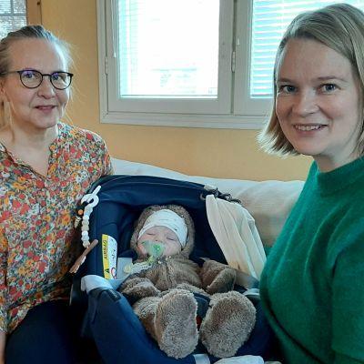 Terveydenhoitaja Irmeli Pitkämäki (vas.) ja Raita Virranniemi poikansa Ilmarin kanssa.