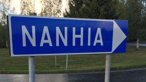 Oikealle osoittava tieopaste: Nanhia