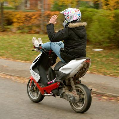 Ungdom på moped