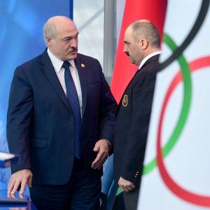 Viktor Lukašenka (oik.) siirtyi Valko-Venäjän olympiakomitean johtoon hänen isänsä, presidentti Aljaksandr Lukašenkan tilalle.
