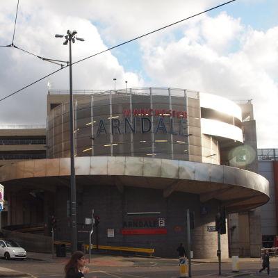 En bild på fasaden på Arndale Centre i Manchester.