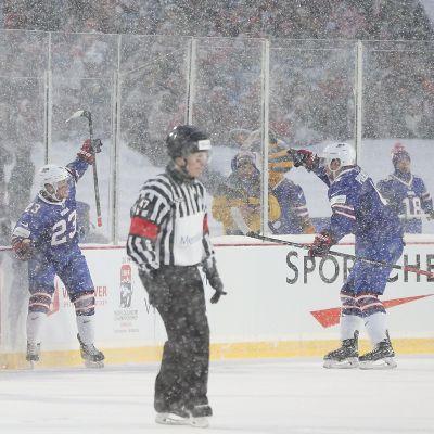 Kieffer Bellows jublar över ett av USA:s mål i utomhusmatchen mot Kanada i JVM.