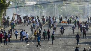 Demonstranterna försökte blockera gatan som leder mot ett universitet i Managua på onsdagen 20.4.