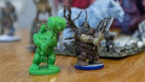 Plastmodeller i miniatyr som föreställer fantasifigurer med hammare och yxa.