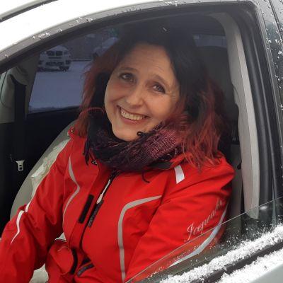 Sari Lappalainen autossa.