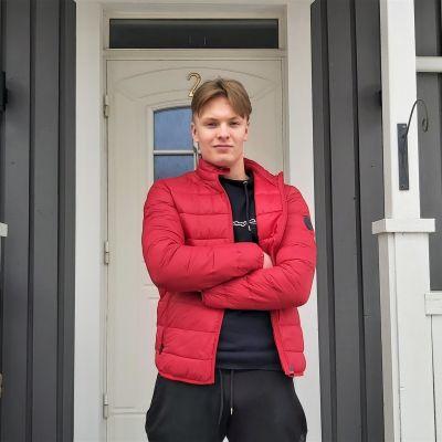 Ensihoidon opiskelija Jaro Karjalainen seisoo ryhdikkäästi talon pihalla.