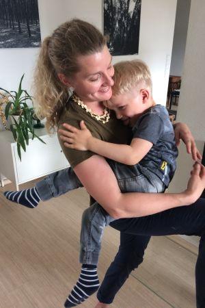 Äiti pitää lasta sylissä