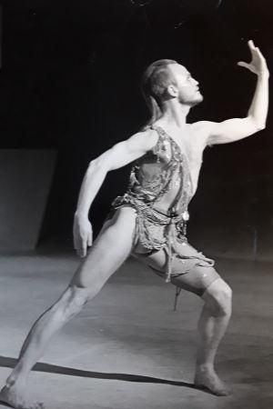Jens Walentinsson tanssii Jorma Uotisen Näkki-produktiossa v. 1982 (Helsingin Kaupunginteatterin tanssiryhmä)